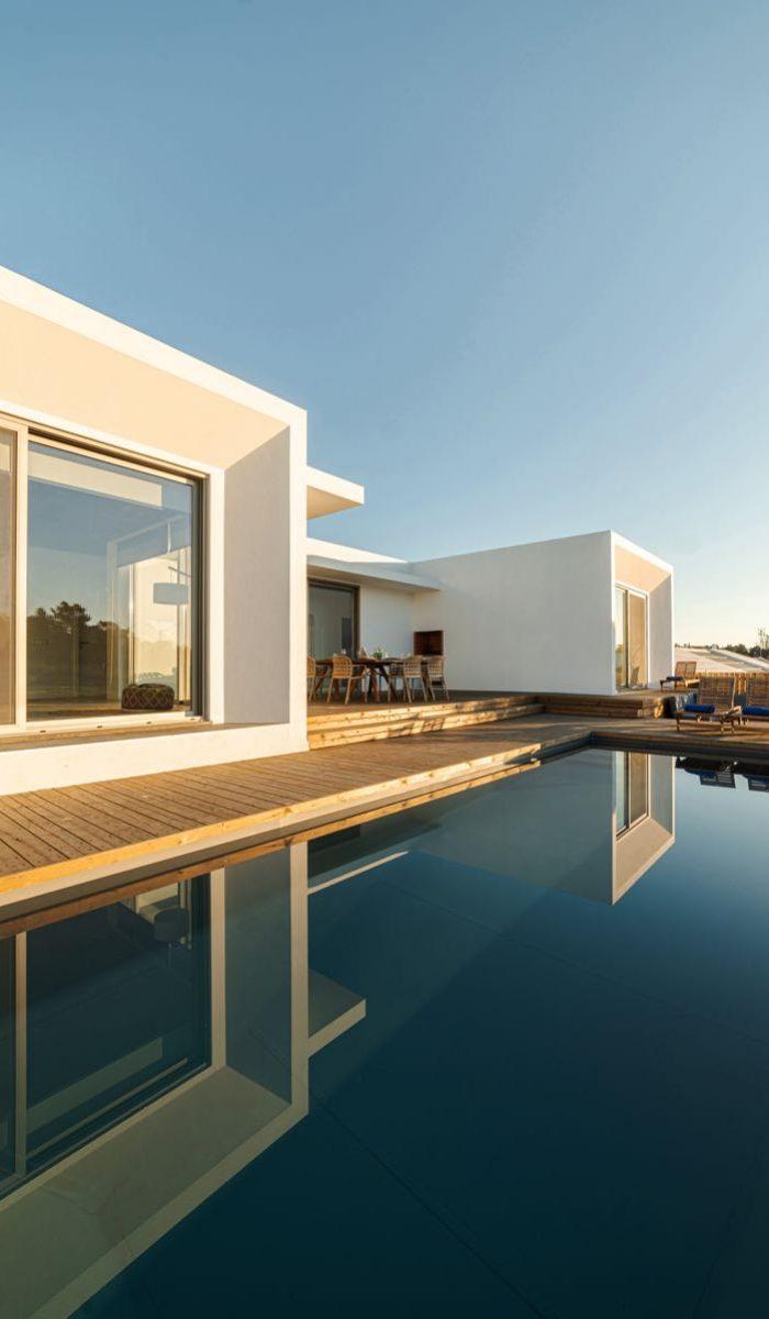 Villa avec terrasse en bois et piscine